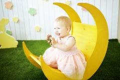 黄色礼服的小女孩有在她的头发的装饰的在m 免版税库存图片