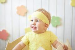 黄色礼服的小女孩有在蛋壳的装饰的 免版税库存图片