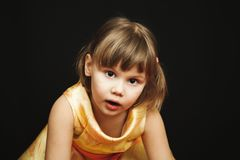 黄色礼服的惊奇的小白肤金发的女孩 库存照片