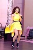 黄色礼服的歌唱家 免版税库存图片