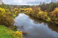 黄色秋天树的装饰的一条小河 库存图片