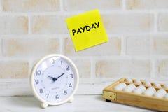 黄色稠粘的笔记选择聚焦写与' 税时间! '使用算盘和台式时钟 企业和财务题材 库存照片