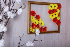 黄色红色和白花 免版税库存照片