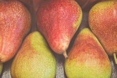 黄色红色成熟梨水多的果子背景纹理在市场特写镜头的 免版税库存照片