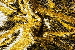 黄色纺织品顶视图与发光的衣服饰物之小金属片的 免版税库存照片