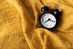 黄色织品的黑时钟地方 免版税库存照片
