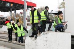 黄色背心抗议更高的汽油价格和块机动车路在维勒夫朗什en博若莱红葡萄酒,法国 免版税库存图片