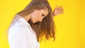 黄色背景的女孩,摆在为照片写真 股票视频