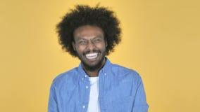 黄色背景的笑的愉快的美国黑人的人 影视素材