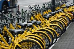 黄色自行车行  库存照片