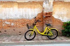 黄色自行车黑色轮子 库存图片