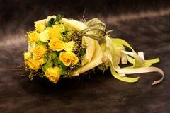 黄色花束上升了。 免版税库存照片