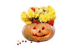 黄色花花束在南瓜的 万圣节 免版税库存照片
