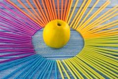 黄色苹果和吸管在木背景,苹果, 库存照片