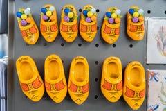 黄色荷兰语堵塞磁铁作为从荷兰的纪念品,旅行家的 说荷兰和一些有木郁金香 ?a 库存图片