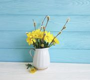 黄色菊花,言情杨柳花瓶在白色和蓝色木 免版税图库摄影