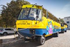 黄色蓝色两栖公共汽车在里斯本 免版税图库摄影