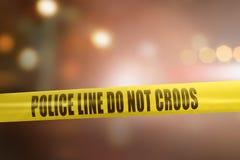 黄色警察线保护犯罪现场的磁带标志 免版税库存图片