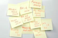 黄色贴纸纸覆盖与在一个白板的刺激词组 免版税图库摄影