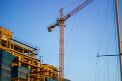 黄色起重机在市中心 库存图片