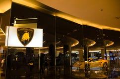 黄色超级汽车lamborghini在2sn地板的展示屋子里在泰国曼谷泰国模范自豪感的中心  免版税库存图片