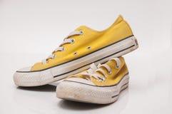 黄色运动鞋 免版税库存图片
