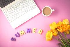 黄色郁金香、膝上型计算机和咖啡在淡紫色背景反弹,夏天概念舱内甲板被放置的顶视图 免版税库存照片