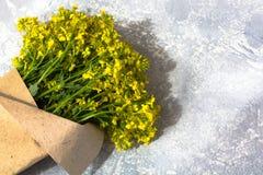 黄色野花花束  库存图片