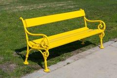 黄色长凳 免版税库存图片