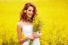 黄色领域的美丽的女孩 库存图片