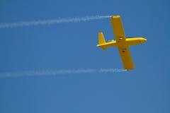 黄色飞机速度与蓝天 库存图片