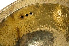 黄色黄铜圆的水槽细节  在减速火箭的样式的金黄水槽 家的古色古香的水槽 宏观射击 免版税库存图片