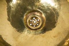 黄色黄铜圆的水槽细节  在减速火箭的样式的金黄水槽 家的古色古香的水槽 宏观射击 库存图片
