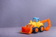 黄色buldozer 铁锹汽车 修造的运输 3d儿童例证玩具 免版税库存照片