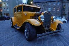 黄色oldmobile在爱丁堡街道上  库存照片