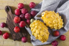 黄色pitahaya或龙果子和红色李子在木 库存照片