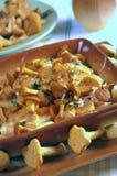 黄蘑菇油煎了金黄 免版税库存图片