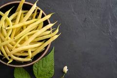 黄豆,从农夫市场的有机蔬菜,在板材,素食主义者食物概念的农厂嫩豆 免版税库存照片