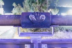 黄道十二宫祝愿的桥梁的桥梁的处女座在老城市的聚光灯的紫罗兰色光的Yafo位于Tel Av 免版税库存图片