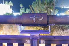 黄道十二宫祝愿的桥梁的桥梁的天秤座在老城市的聚光灯的紫罗兰色光的Yafo位于Tel Av 免版税图库摄影