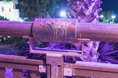 黄道十二宫祝愿的桥梁的桥梁的白羊星座在老城市的聚光灯的紫罗兰色光的Yafo位于Tel Av 免版税库存图片