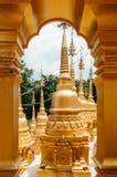 黄金双拱门和Wat Pasawangboon, Saraburi泰国塔  图库摄影