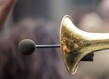 黄铜喇叭,与话筒的前方大声的声音的 关闭与细节的看法,被弄脏的背景 库存照片