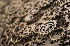 黄铜嵌齿轮转动,与拷贝空间的背景 库存图片