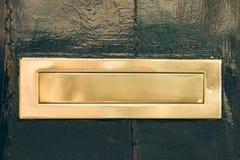 黄铜托人由一地带到另一地的邮件 免版税库存图片