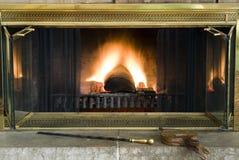 黄铜经典壁炉壁炉边 库存图片