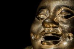 黄铜菩萨寺庙泰国 在特写镜头的愉快的笑的修士面孔 免版税图库摄影