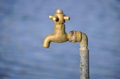 黄铜水滴轻拍 免版税库存图片