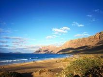 黄雀色火山的海滩 免版税库存照片