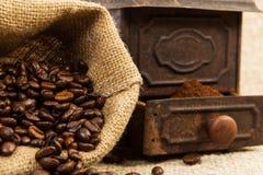 黄麻咖啡袋和老古色古香的研磨机 库存图片